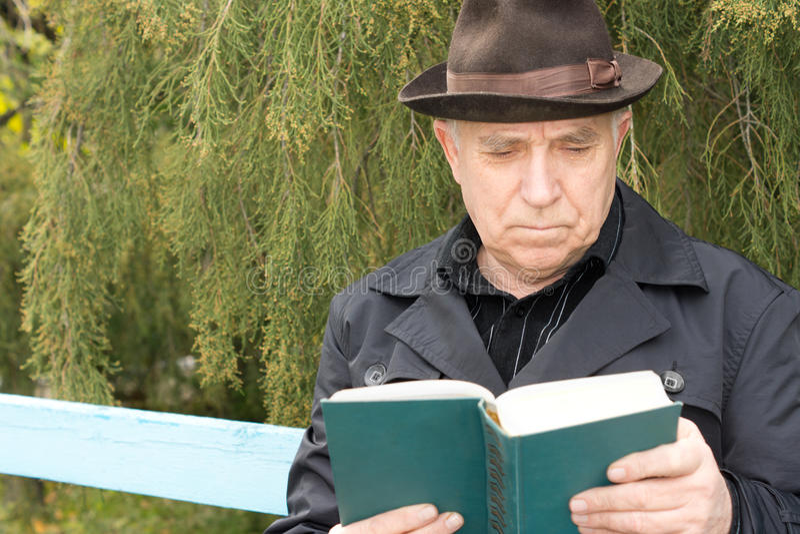 读书的退休的绅士 图库摄影