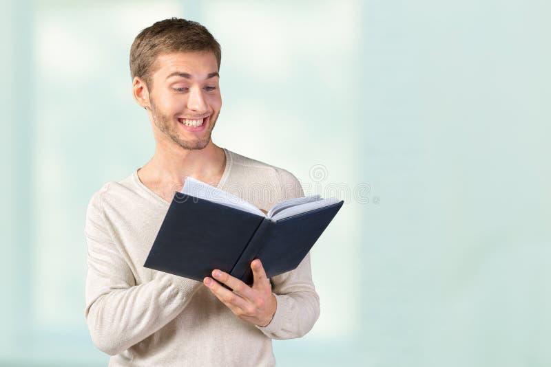 读书的年轻商人 免版税图库摄影