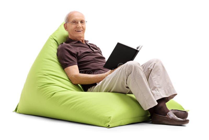 读书的轻松的老人 库存照片