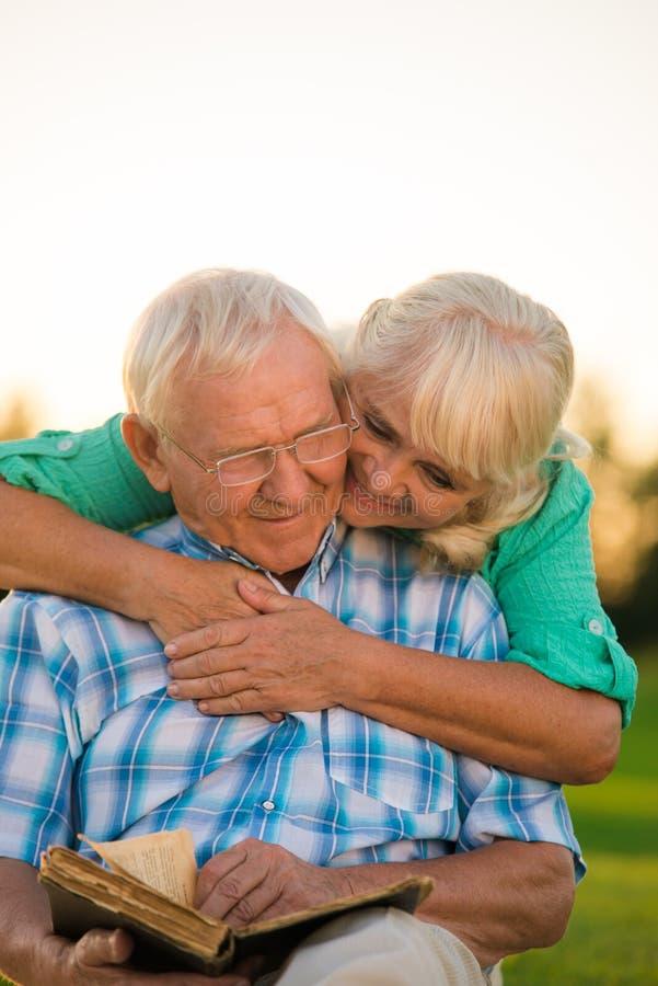 读书的年长夫妇 库存照片
