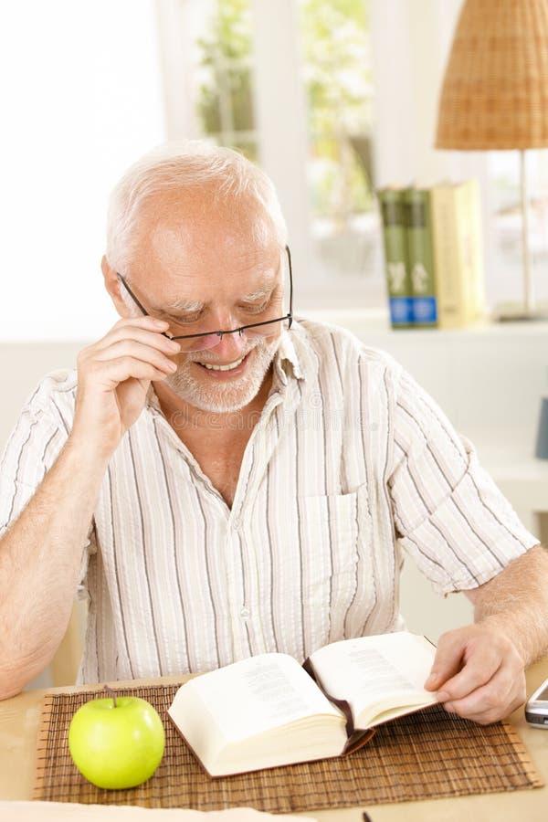 书笑的领退休金者读取 免版税库存照片