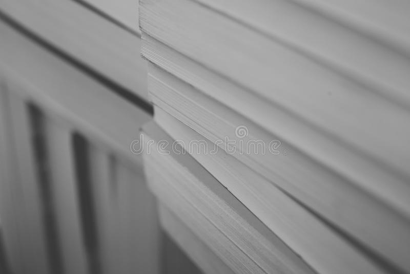 书籍收藏 在黑白的旧书背景 教育和智慧概念 库存图片