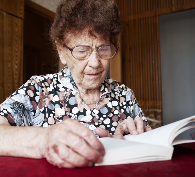 书老读取妇女 免版税库存照片