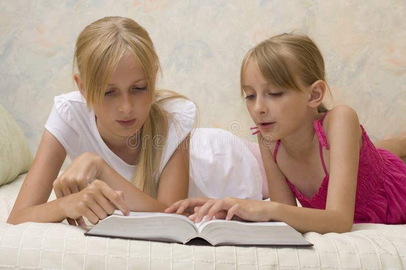 书读取姐妹二 免版税库存图片