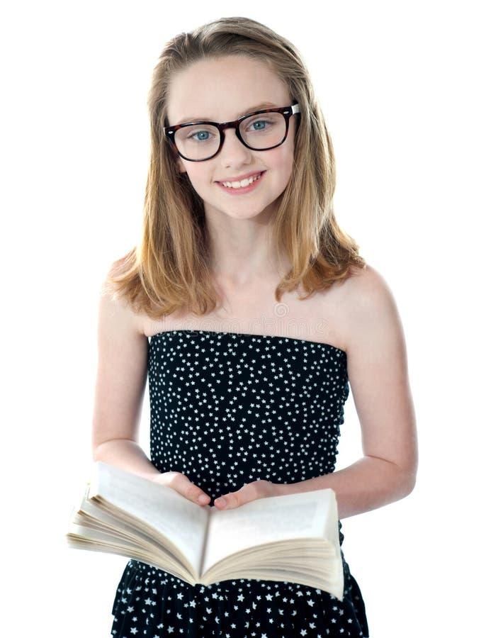 书逗人喜爱的女孩一点开放身分 免版税库存照片