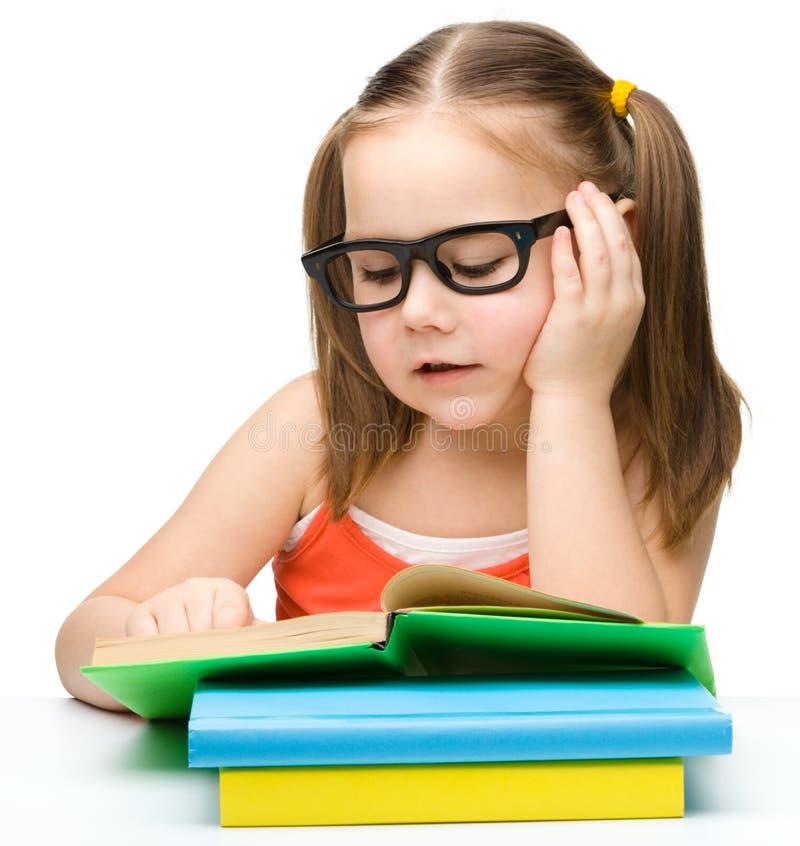 书逗人喜爱的女孩一点读取 免版税库存图片