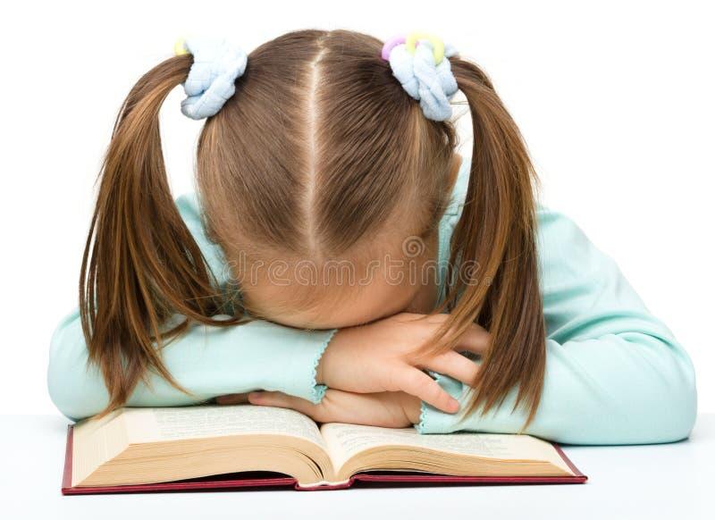 书逗人喜爱的女孩休眠的一点 库存图片