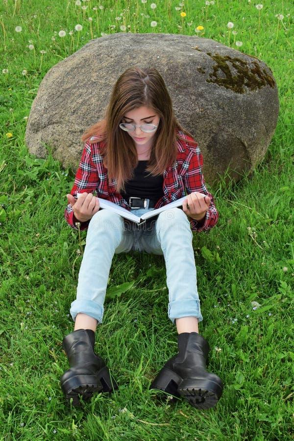 书青少年女孩的读取 免版税库存照片