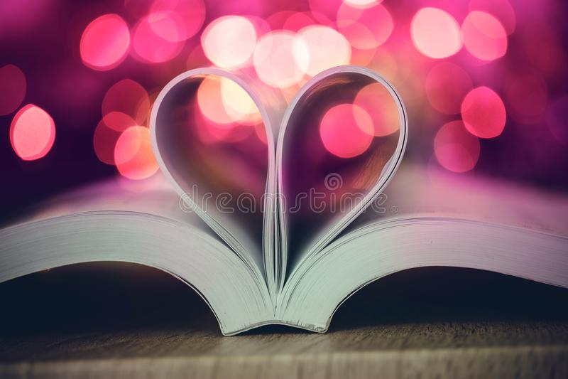 书页装饰对与庆祝bokeh lig的心脏形状 免版税库存图片