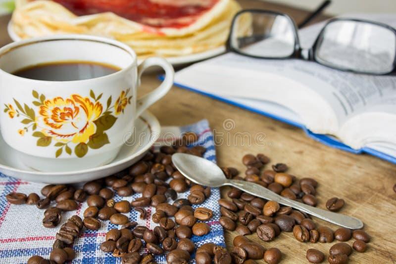 书玻璃和咖啡杯 免版税库存图片
