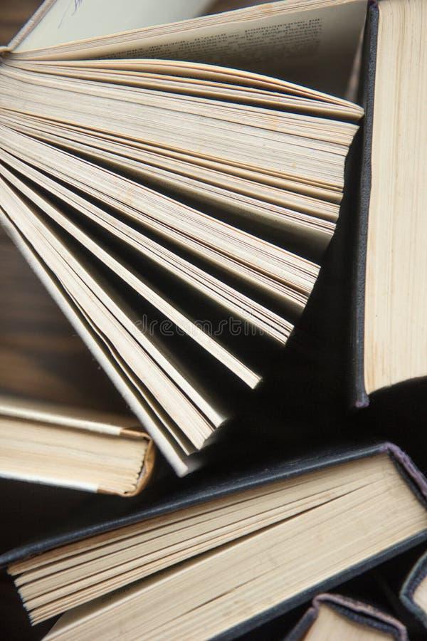 书 登记许多 栈五颜六色的书 教育背景 回到学校 预定,在木桌上的精装书五颜六色的书 爱德 图库摄影