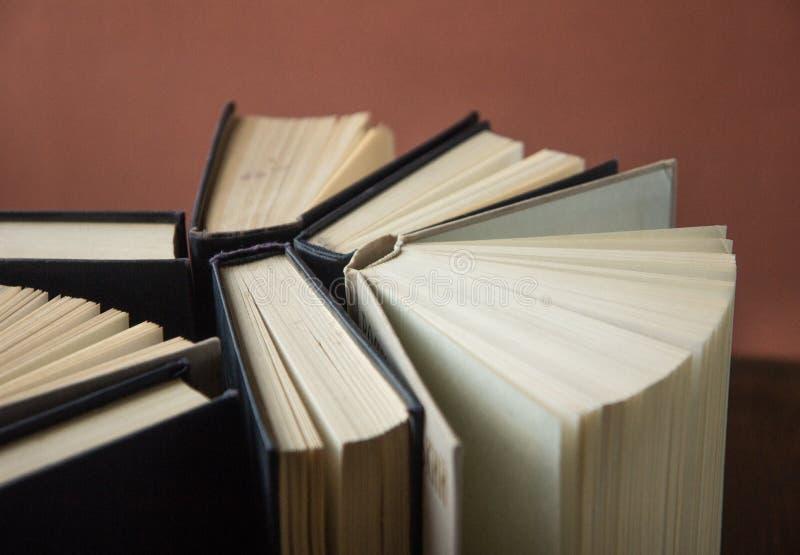 书 登记许多 栈五颜六色的书 教育背景 回到学校 预定,在木桌上的精装书五颜六色的书 爱德 库存照片