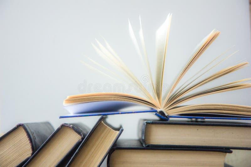 书 登记许多 栈五颜六色的书 教育背景 回到学校 预定,在木桌上的精装书五颜六色的书 爱德 库存图片