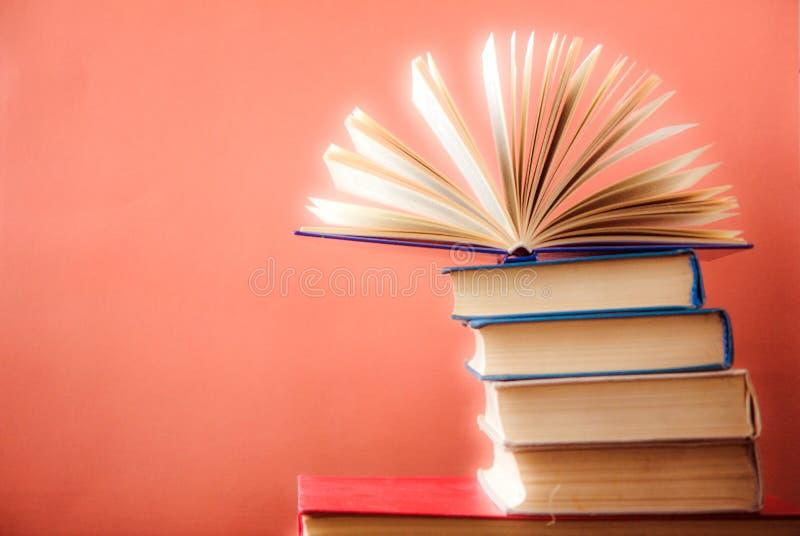 书 登记许多 栈五颜六色的书 教育背景 回到学校 预定,在木桌上的精装书五颜六色的书 爱德 免版税库存照片