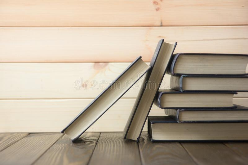 书 登记许多 栈五颜六色的书 教育背景 回到学校 预定,在木桌上的精装书五颜六色的书 爱德 免版税图库摄影