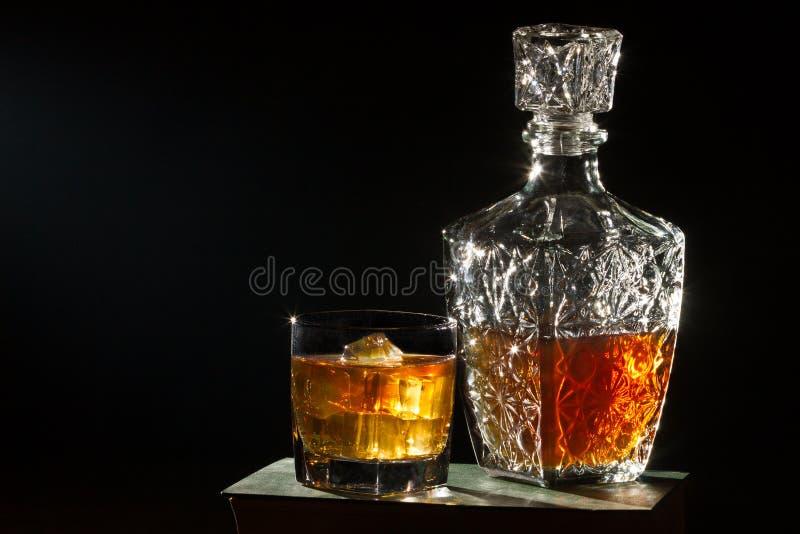 书carafer玻璃威士忌酒 免版税图库摄影