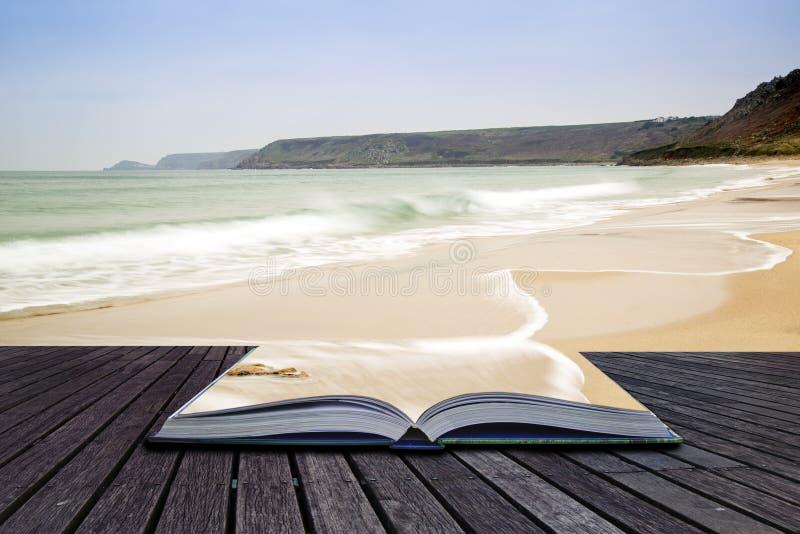 书Sennen小海湾创造性的概念页在日落前使我靠岸 免版税库存图片