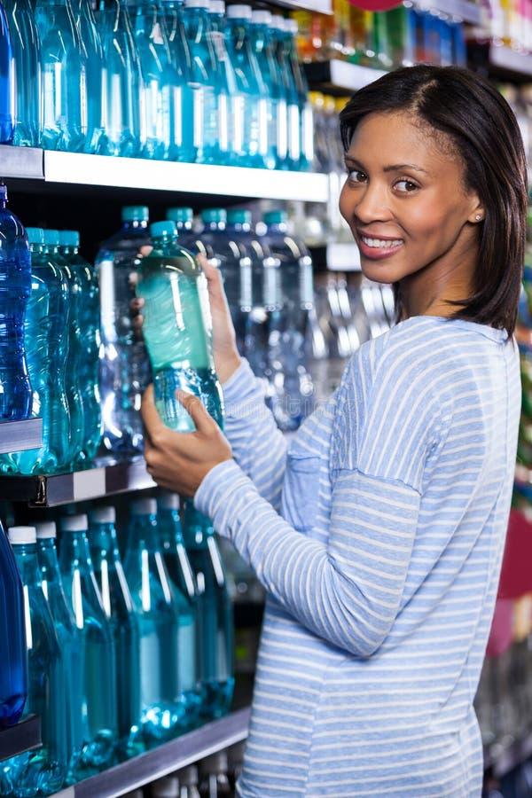 买一个瓶水的妇女 图库摄影