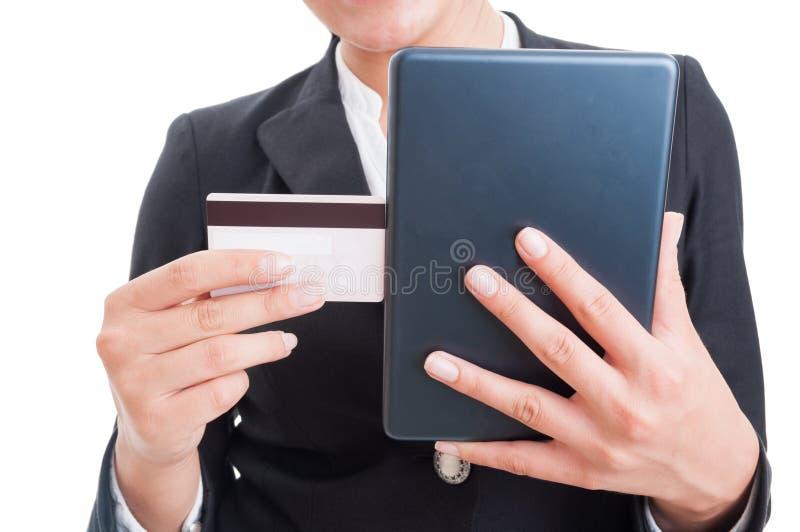 买与信用卡和互联网片剂的网上概念 库存图片