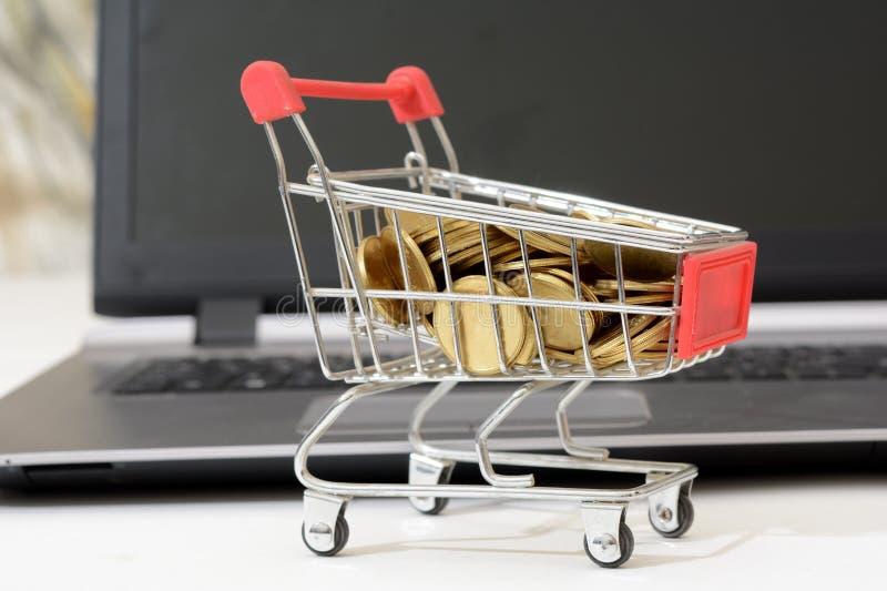 买与硬币的Cryptocurrency概念在购物车 免版税库存照片