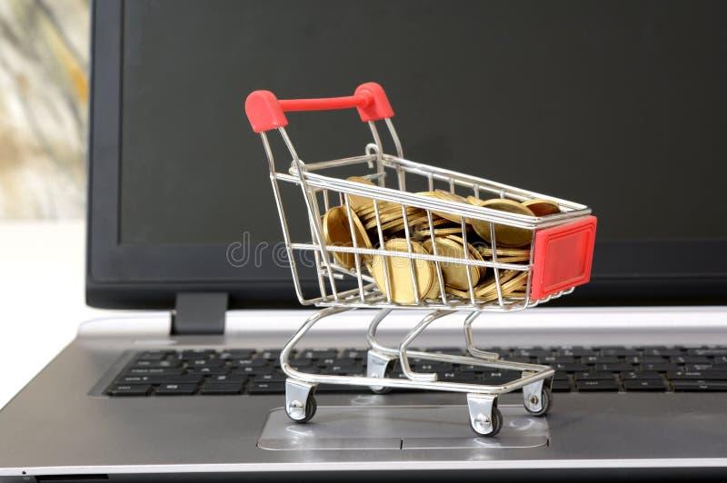 买与硬币的Cryptocurrency概念在购物车 库存照片