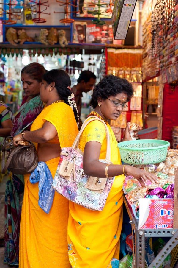 买五颜六色的手镯的印地安妇女 印度,泰米尔纳德邦,坦贾武尔(Trichy) 免版税图库摄影