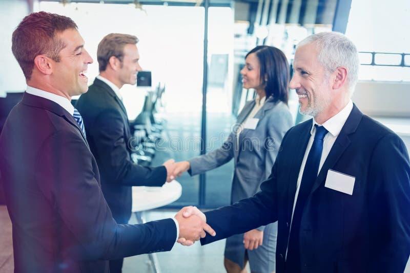 买卖人与彼此握手 免版税图库摄影