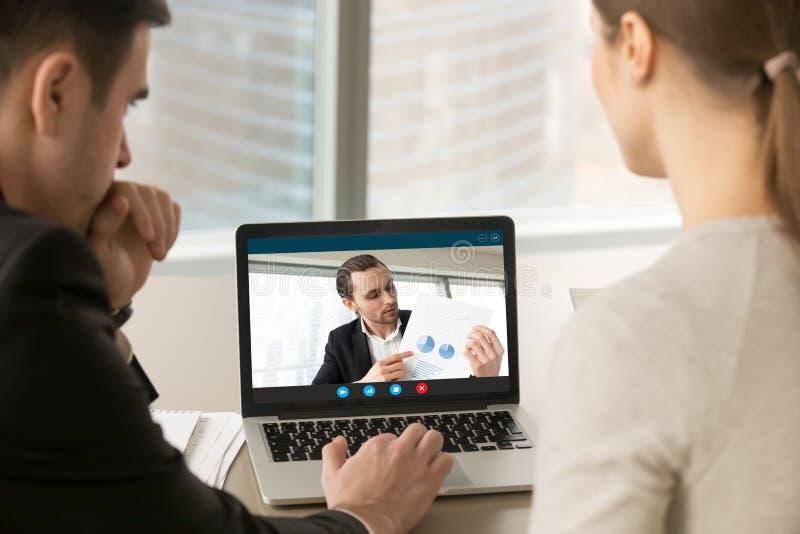 买卖人参与电视电话会议,谈论financi 免版税图库摄影