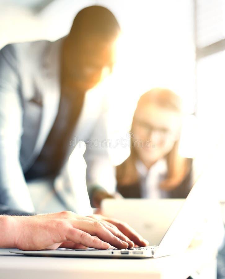 买卖人和图分析的特写镜头图表 免版税库存照片
