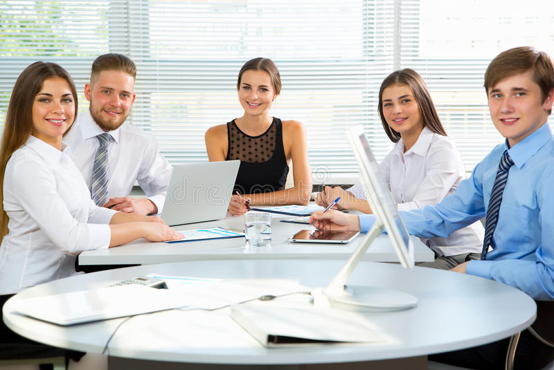 Download 买卖人在一次会议在办公室 库存图片. 图片 包括有 买卖人, 生意人, 办公室, 女性, 人们, 诉讼, 微笑 - 62532995