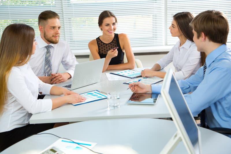 Download 买卖人在一次会议在办公室 库存图片. 图片 包括有 专业人员, 解剖学, 繁忙, 人们, 女性, 颜色, 教学 - 62533009