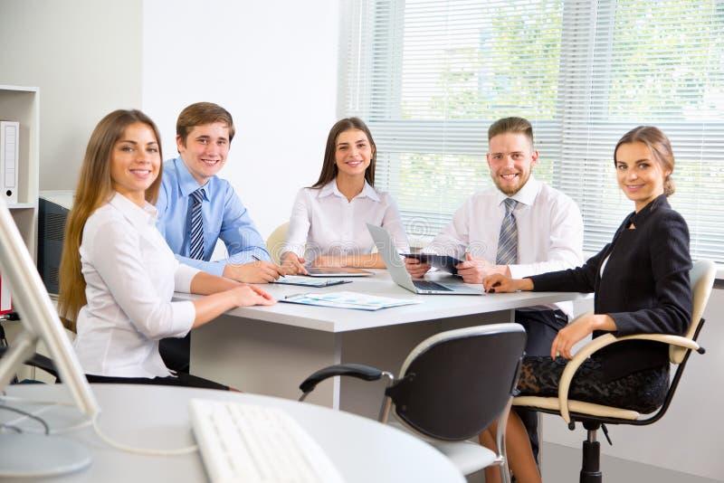 Download 买卖人在一次会议在办公室 库存图片. 图片 包括有 女性, 学员, 合伙企业, 人们, 现代, 买卖人, 人员 - 62533025
