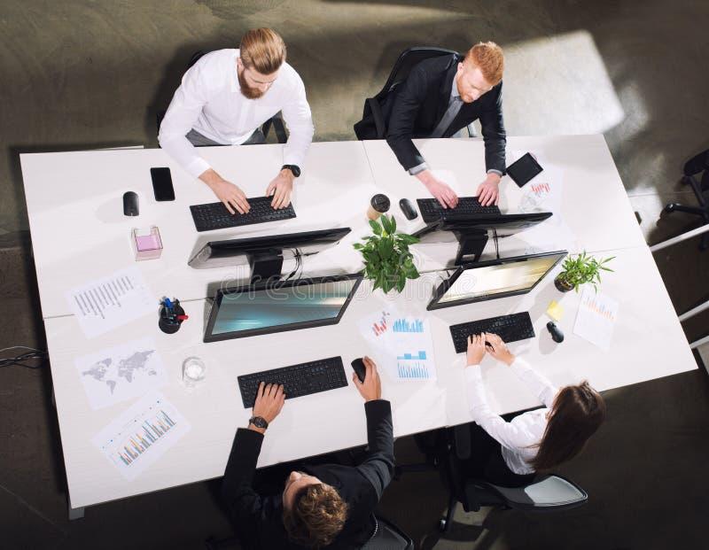 买卖人在互联网连接的办公室 合作和配合的概念 库存图片