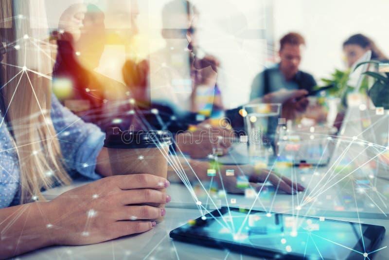买卖人在互联网连接的办公室 合作和配合的概念 库存照片