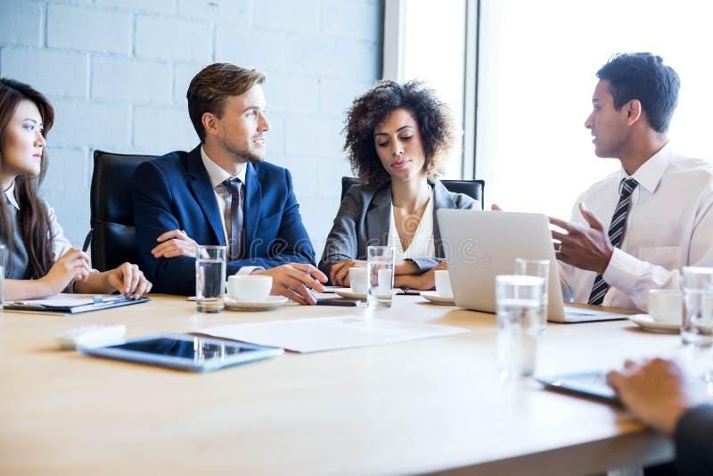 买卖人在会议室在会议期间 免版税图库摄影
