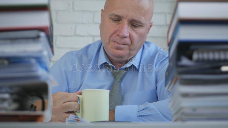 买卖人在办公室屋子里采取停留饮用的咖啡 免版税库存图片