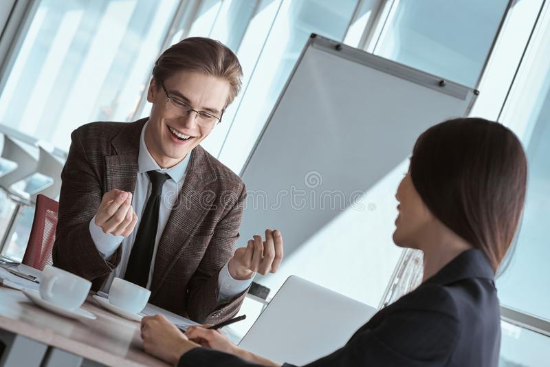 买卖人在运作一起坐的办公室谈论wor 免版税库存图片
