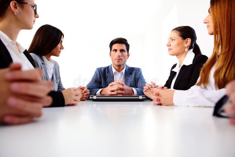 买卖人坐会议在办公室 库存图片