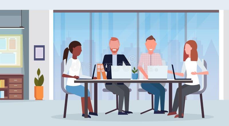 买卖人小组聚会会议混合使用膝上型计算机的种族工友坐在圆桌现代办公室内部co 库存例证