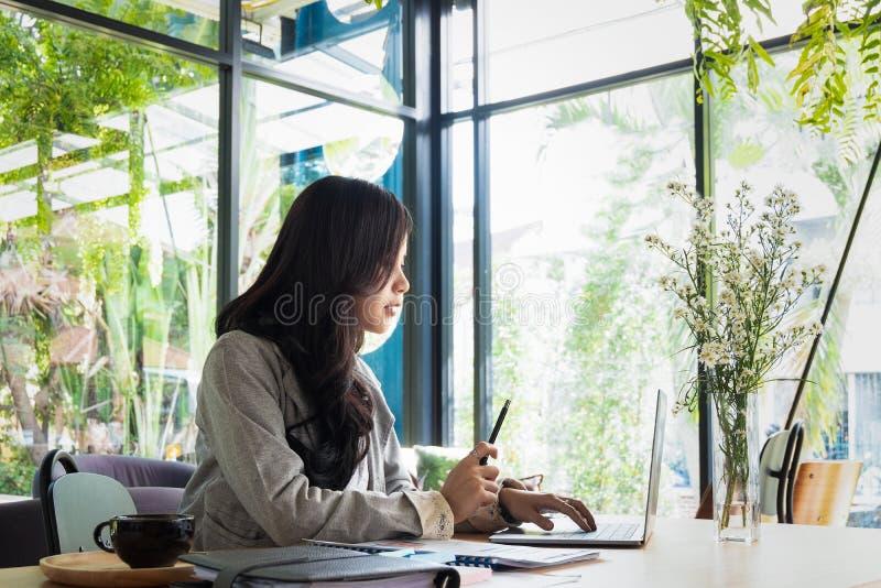 买卖人工作和谈论新的计划项目在办公室 图库摄影
