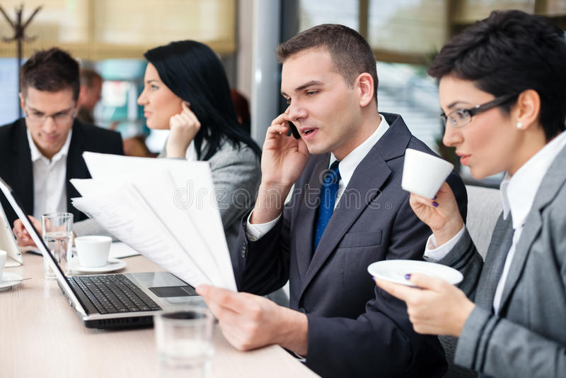 买卖人开业务会议使用便携式计算机 免版税库存照片