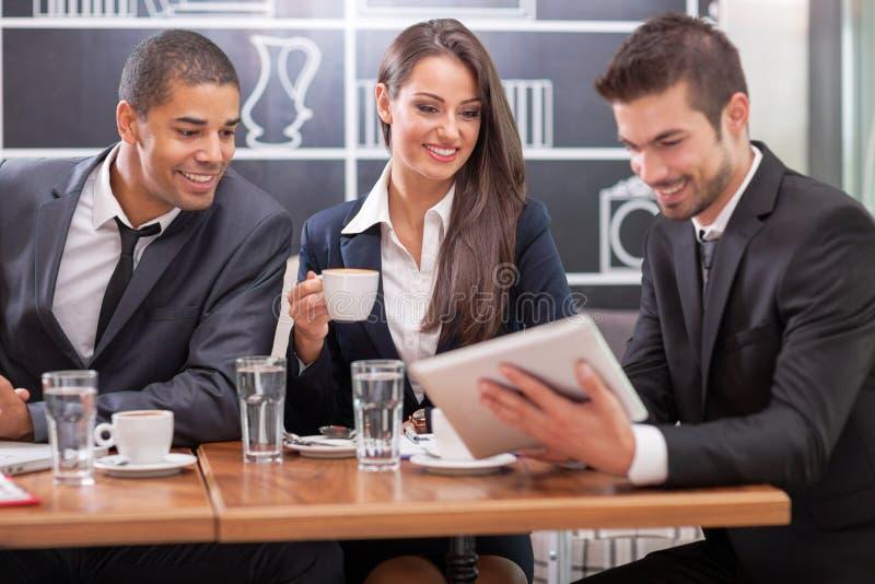 年轻买卖人开业务会议在咖啡桌上 免版税库存照片