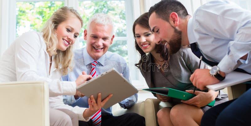 买卖人有讨论在办公室 免版税图库摄影