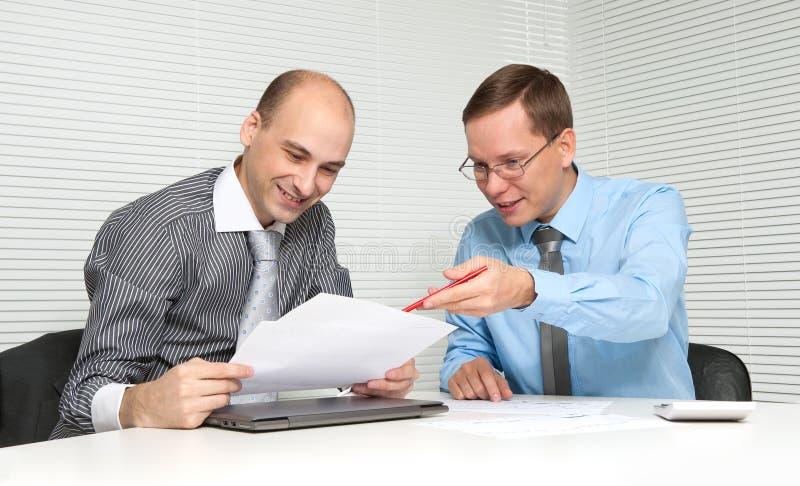 买卖人有论述在办公室 免版税图库摄影