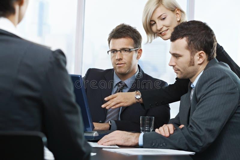 买卖人膝上型计算机查找 图库摄影
