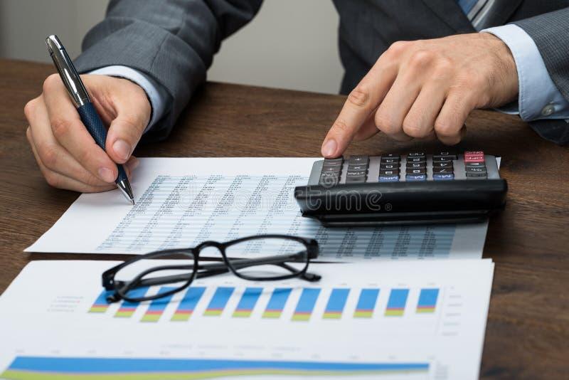 买卖人计算的税在办公室 免版税库存照片