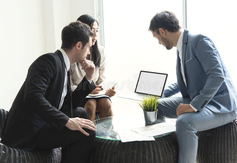 买卖人讨论会议 年轻人谈论关于战略新的项目坐候选会议地点 免版税图库摄影