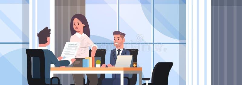 买卖人谈论合同在遇见同事伙伴的业务发展期间工作与共同投资 皇族释放例证