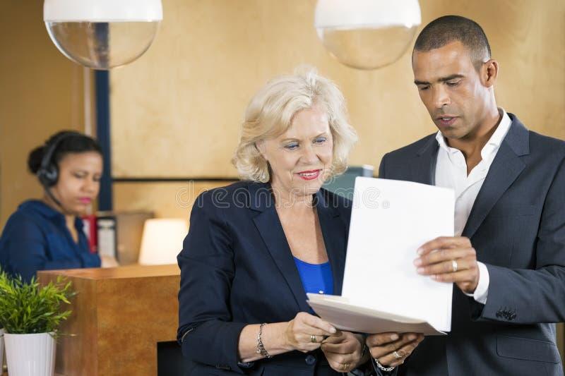 买卖人谈论在文件 免版税库存图片
