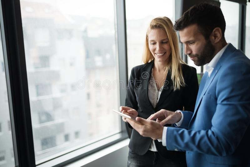 买卖人谈论,当使用数字片剂在办公室时 免版税库存照片